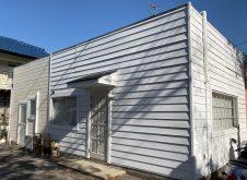 店舗のサイディングと木部外壁を白色で。眩しいですね。
